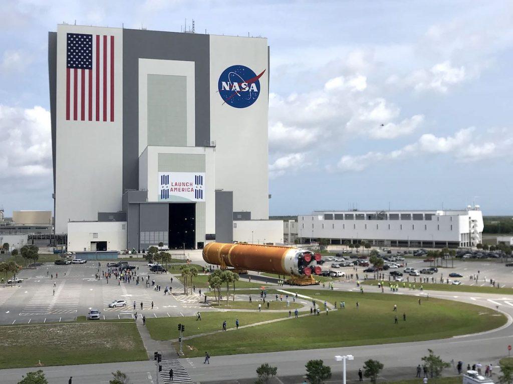 El núcleo del primer cohete lunar Artemis de la NASA fue remolcado al edificio de ensamblaje del vehículo - Spaceflight Now