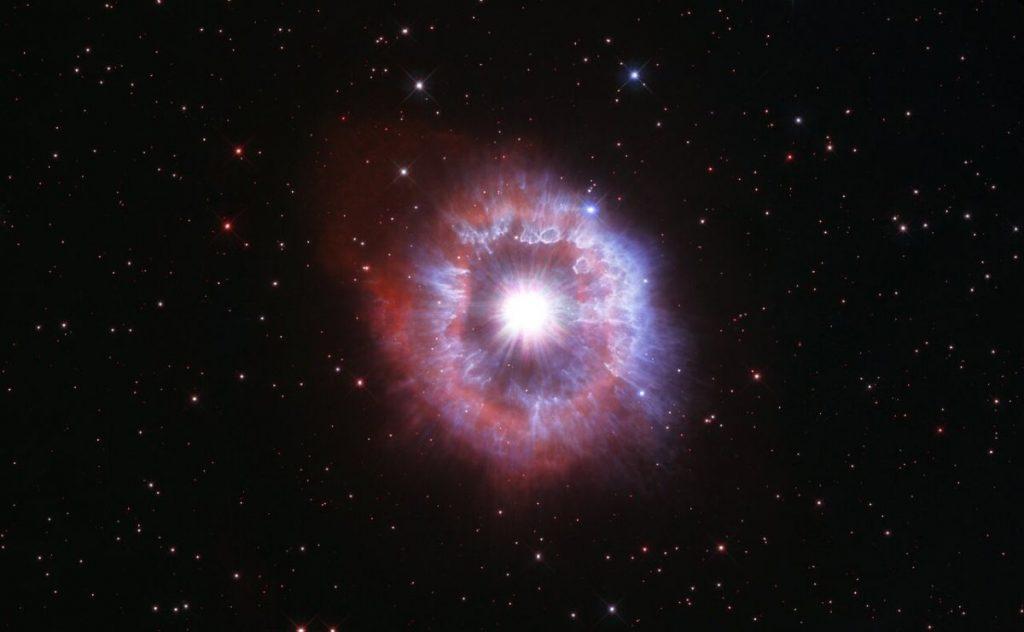 El telescopio Hubble captura una impresionante foto de una rara estrella inflamable con motivo de su 31 cumpleaños