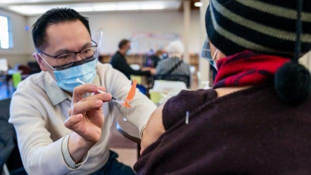 Los funcionarios de salud de Columbia Británica dicen que el condado podría alcanzar los 2,000 casos de COVID-19 por día si las interacciones no son limitadas