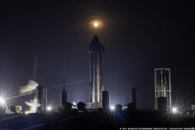 La luna gigante se eleva en abril de 2021 sobre el Starship SN15 y la estructura de prueba de morro max-q en la instalación de cohetes de SpaceX en el sur de Texas.  Crédito: Nicholas D'Alessandro / Spaceflight Insider