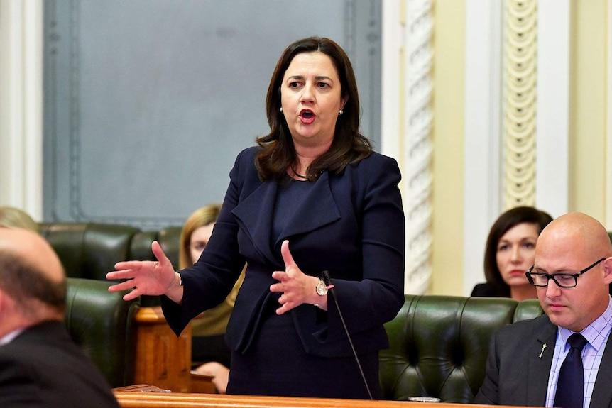La Primera Ministra de Queensland, Anastasia Palashchuk, habla durante el turno de preguntas en la Casa del Parlamento en Brisbane.