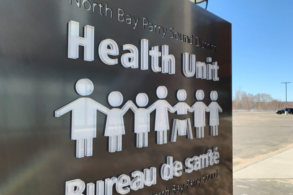 """Unidad sanitaria: los trabajadores deben """"aislarse inmediatamente"""" si han regresado recientemente de la mina Mary River en Nunavut"""