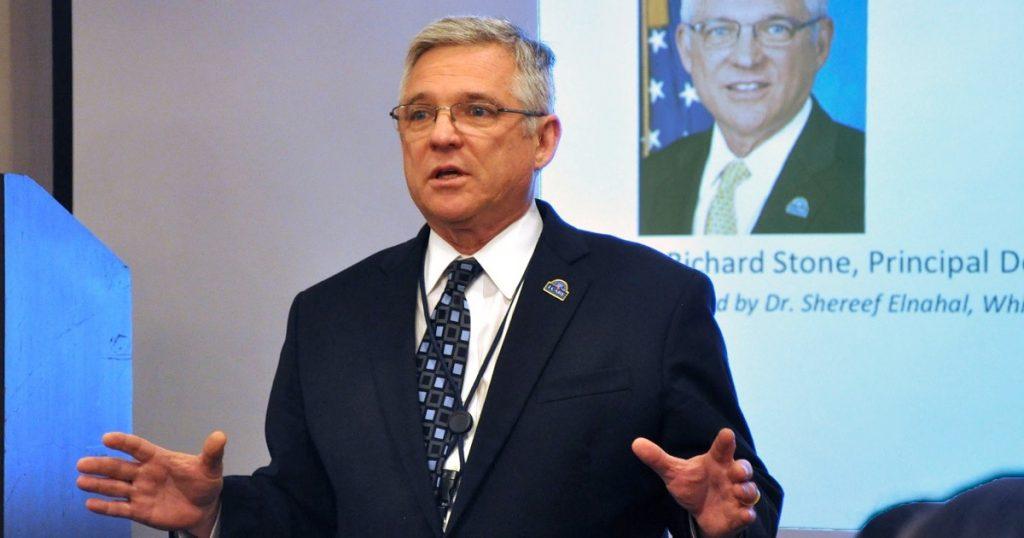 El principal funcionario de salud de Virginia renunciará el próximo mes