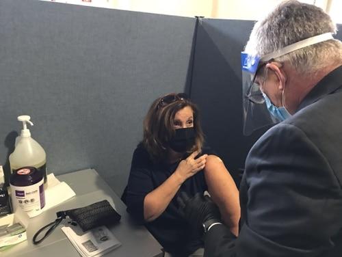El subsecretario interino de Salud de VA, Dr. Richard Stone (derecha), ayuda a administrar una dosis de una vacuna contra el coronavirus a un residente local durante un evento de vacunación masiva en Yonkers Armory en Nueva York el 3 de marzo de 2021. Este evento fue parte del cuarto evento de VA responsabilidades de la misión para brindar atención médica de respaldo a las comunidades locales.  (Créditos de imagen para VA)