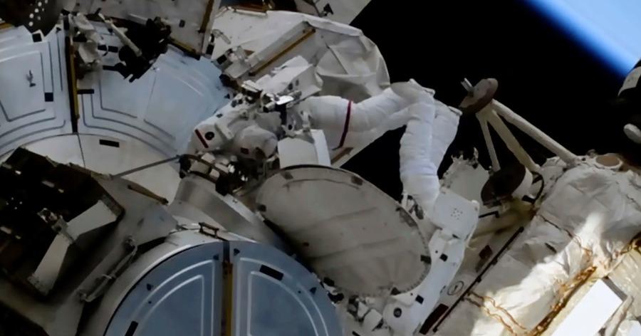 Los astronautas en el espacio se ocupan del trabajo de los paneles solares