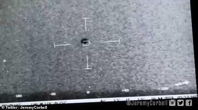 En un video publicado por el Departamento de Defensa el año pasado, un avión de la Armada de los Estados Unidos se encuentra con un OVNI, mientras los objetos vuelan y se mueven a velocidades y direcciones imposibles para un vuelo artificial.