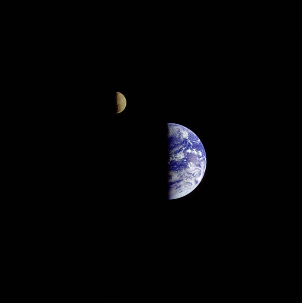 ¿Qué se tambalea la luna y también se tambalea la tierra?