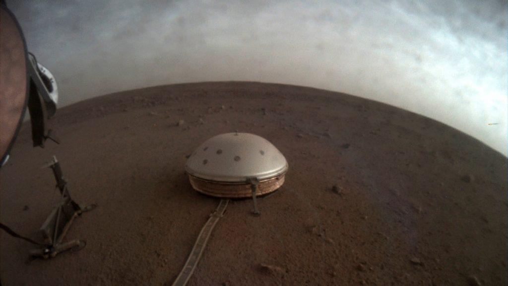 El sismógrafo mira dentro de Marte