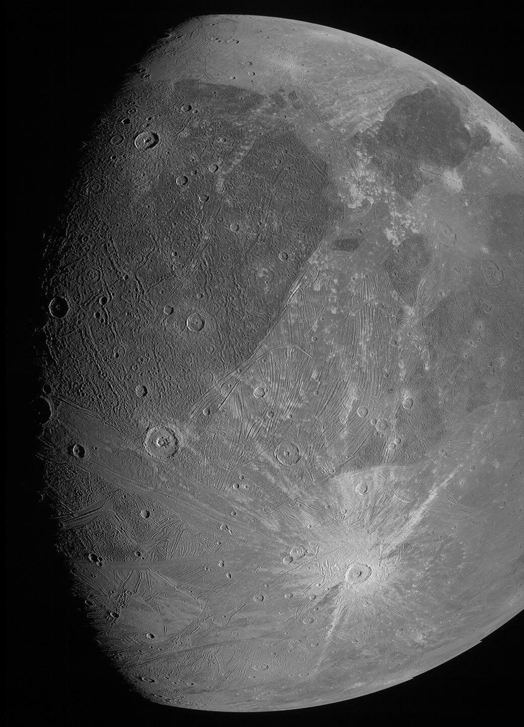 La superficie de Ganimedes con más detalle, como los saludos de Juno.