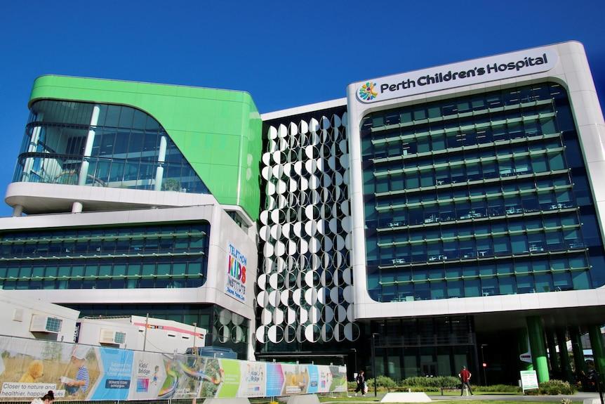 Amplia vista de la fachada frontal del Perth Children's Hospital.