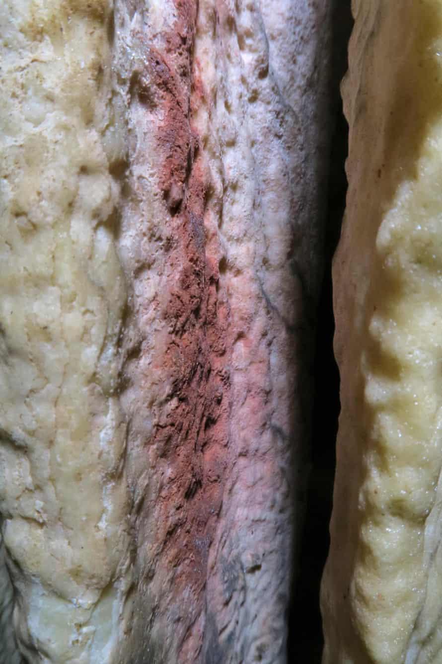Tinte sobre estalagmitas de colores en la cueva española de Ardales, en el sur de España.