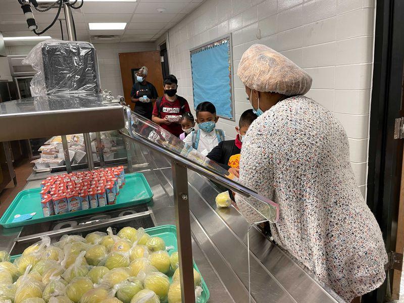 Los alumnos de la Escuela Primaria Lake City reciben el desayuno el 2 de agosto de 2021, el primer día de clases.  (Leon Stafford / AJC)