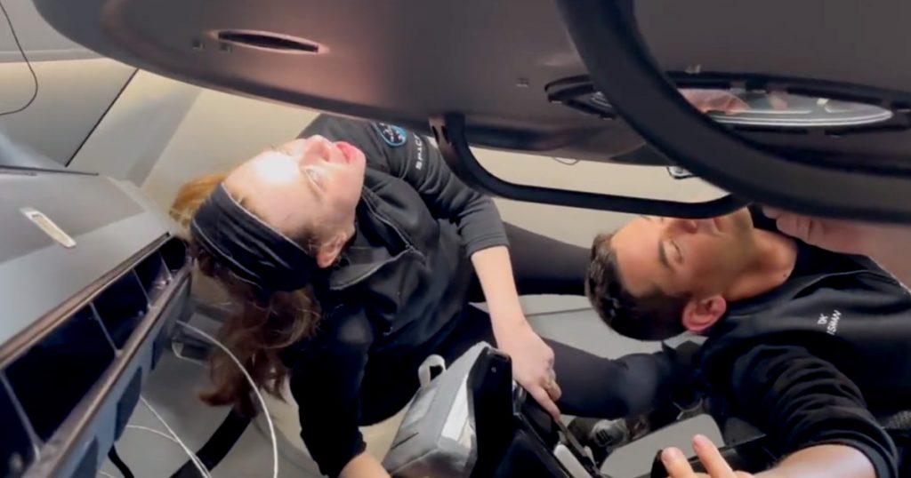 El video muestra a los conductores de SpaceX abriendo la cúpula de vidrio de la nave espacial por primera vez
