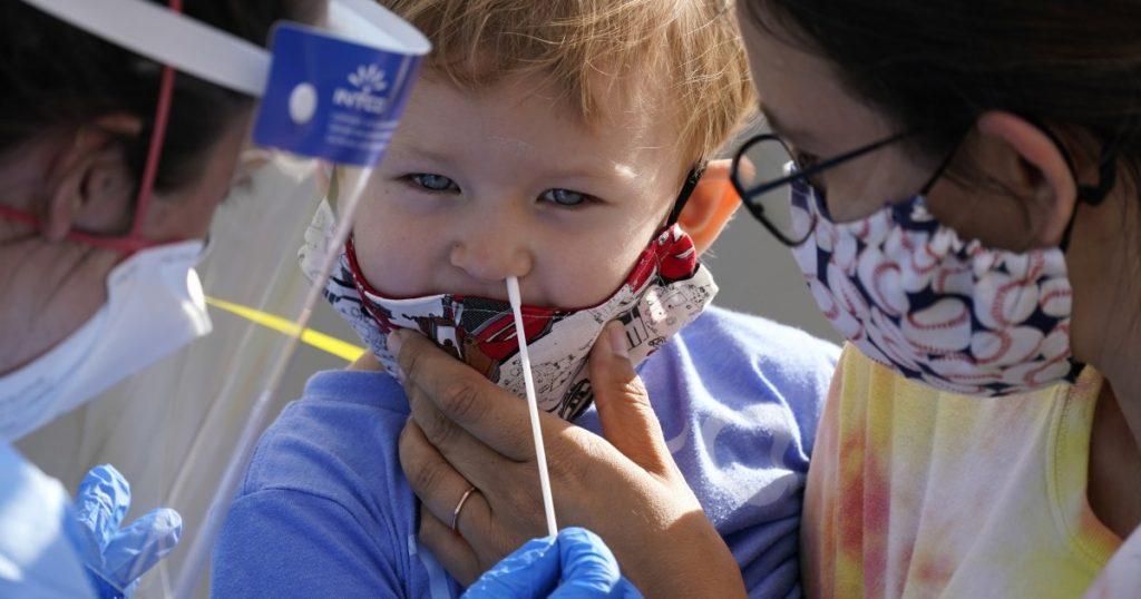 Los expertos en salud monitorean de cerca los casos de COVID-19 en niños