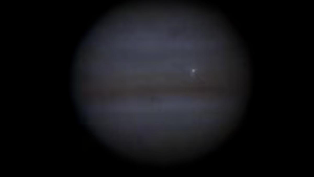 Imagen en color verdadero de un tipo de roca espacial que choca con Júpiter.