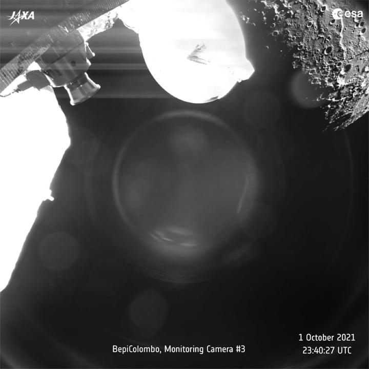 Una vista de Mercurio capturada por la misión BepiColombo en octubre de 2021 mientras la nave espacial vuela por el planeta para realizar una maniobra asistida por gravedad.