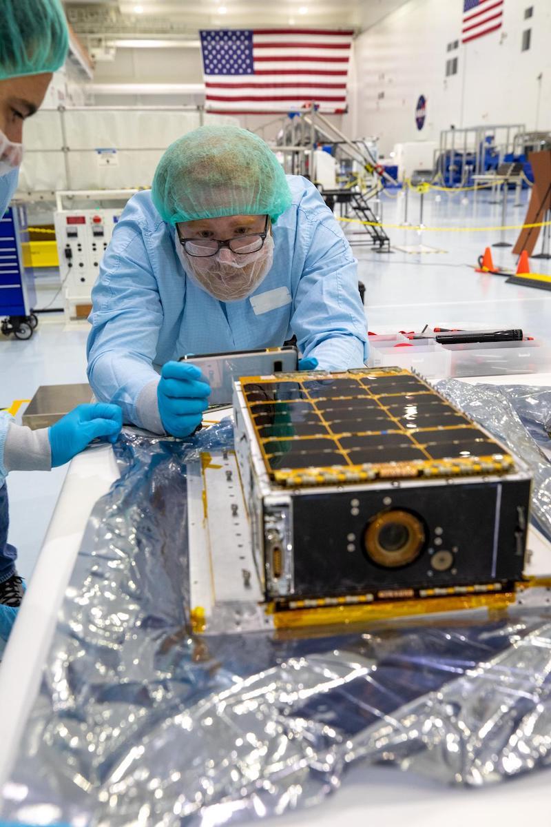 Casco de transformador con 10 CubeSats montados sobre un cohete lunar Artemis - Spaceflight Now