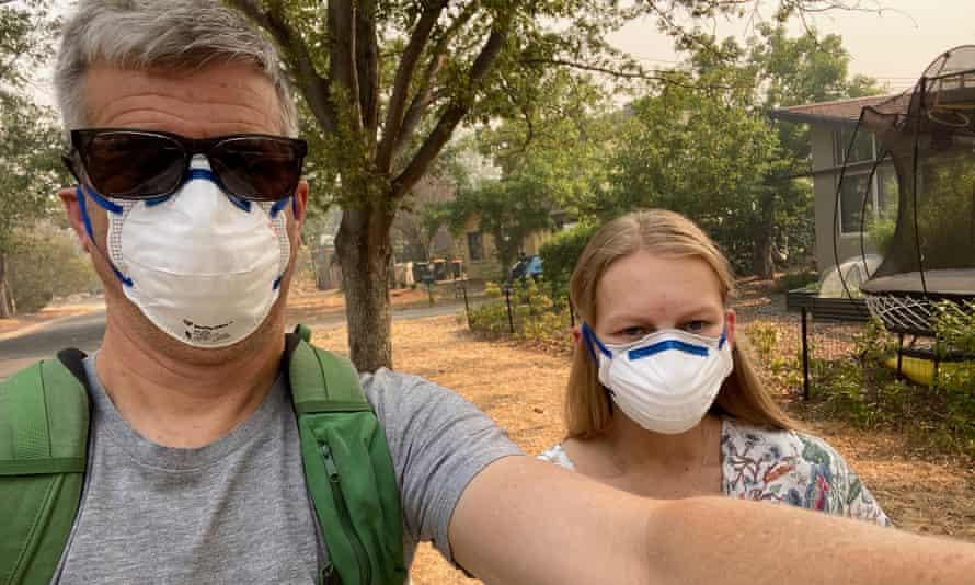 Sean Humphreys y Lilia Pugh Humphreys entran en las tiendas llenas de humo de Canberra en diciembre de 2019